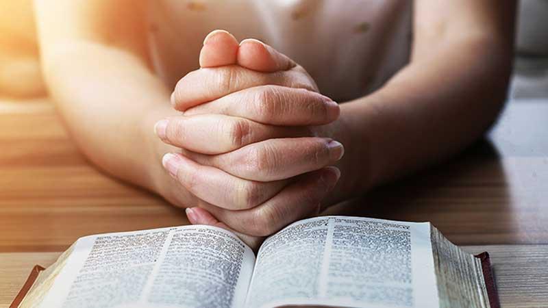 """""""Aki bízik az Úrban, azt Ő szeretettel veszi körül."""" (Zsolt. 32:10.)"""