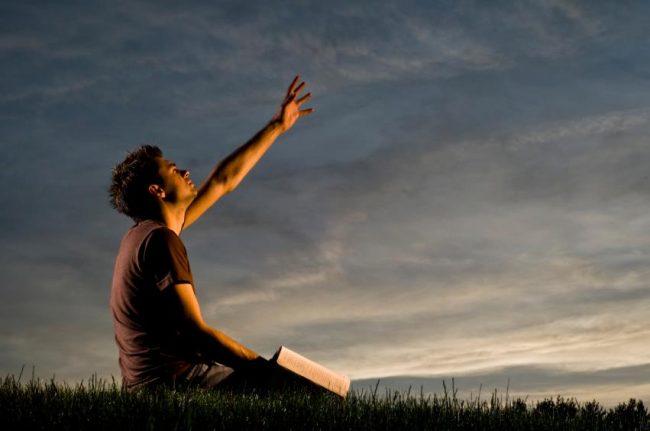 """""""Hit nélkül pedig lehetetlen Istennek tetszeni; mert a ki Isten elé járul, hinnie kell, hogy ő létezik és megjutalmazza azokat, a kik őt keresik."""" (Zsidó 11, 6)"""