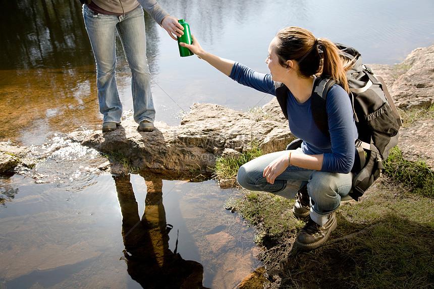 """""""Aki szomjazik, jöjjön! Aki akarja, vegye, az élet vízét ingyen!"""" (Jelenések 22,17)"""